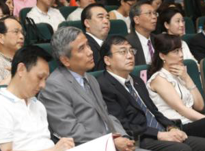 台北县县长周锡玮做客论坛